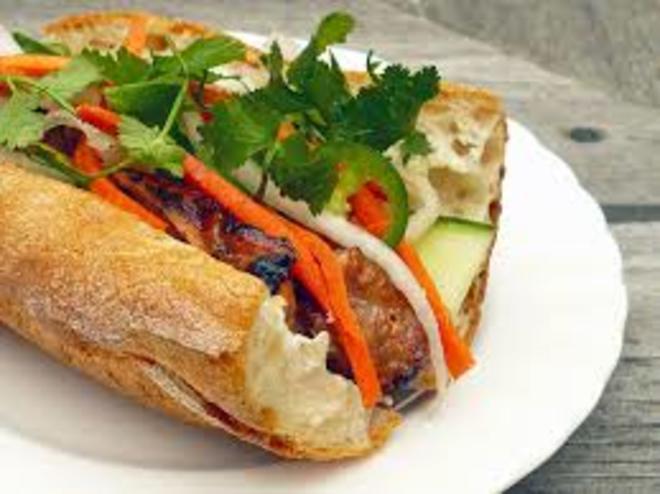 ベトナム航空、国内線エコノミー機内食で「バインミー」の ...