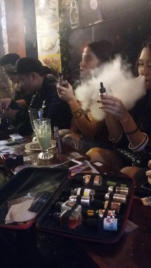 電子たばこ、おしゃれなアイテムとして若者に流行中 [社会 ...
