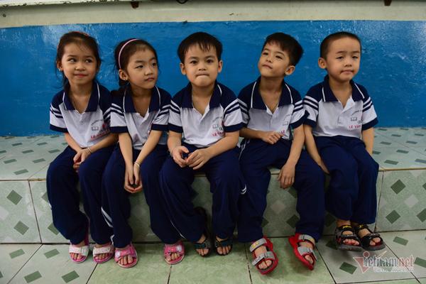 ベトナム初の5つ子ちゃん、小学校に入学―送り迎えは2往復 [社会 ...